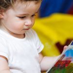 bebê com livro