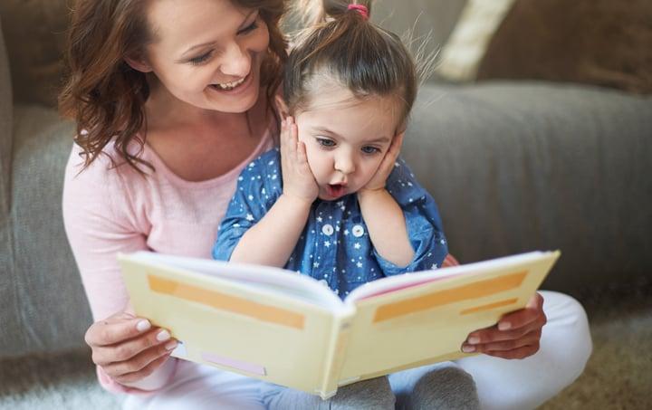 menina surpresa com o livro