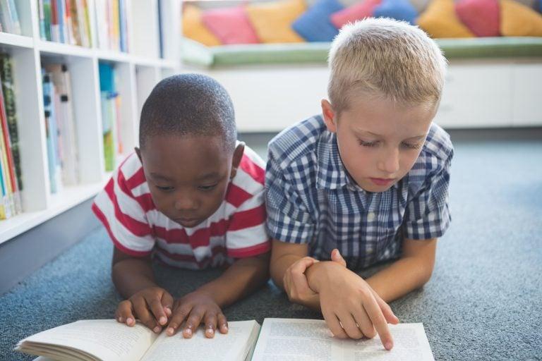 crianças lendo livro