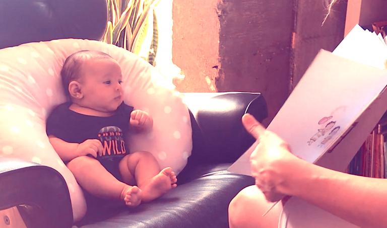 bebê lendo