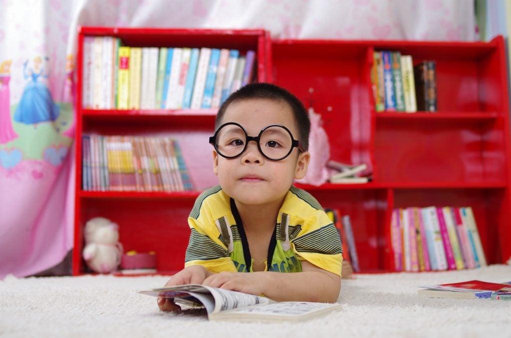 menino oriental lendo