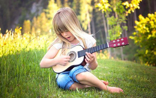 Música na infância: benefícios e dicas para estimular a criança