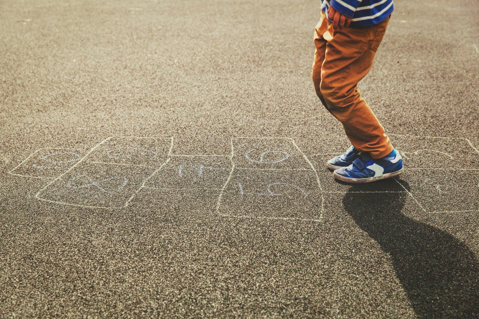 criança brincando de amarelinha