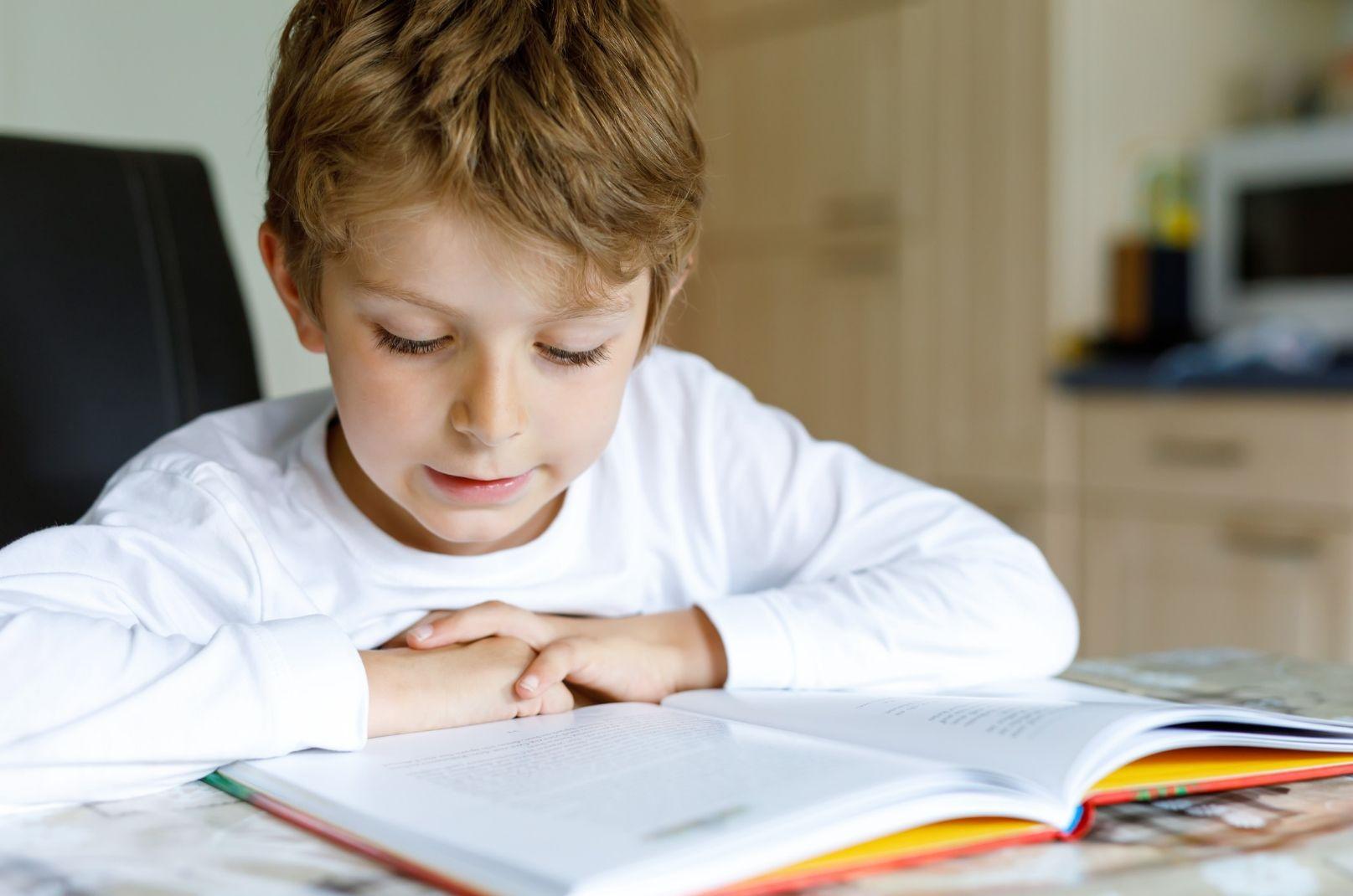 """Inglês, espanhol… e o português? Você investe para que seu filho """"domine"""" a própria língua?"""