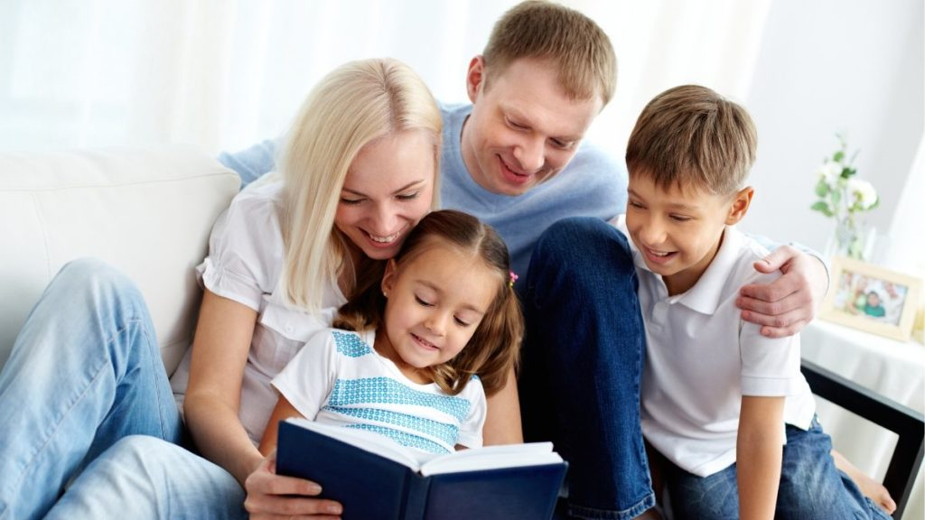 família lendo como entreter as crianças