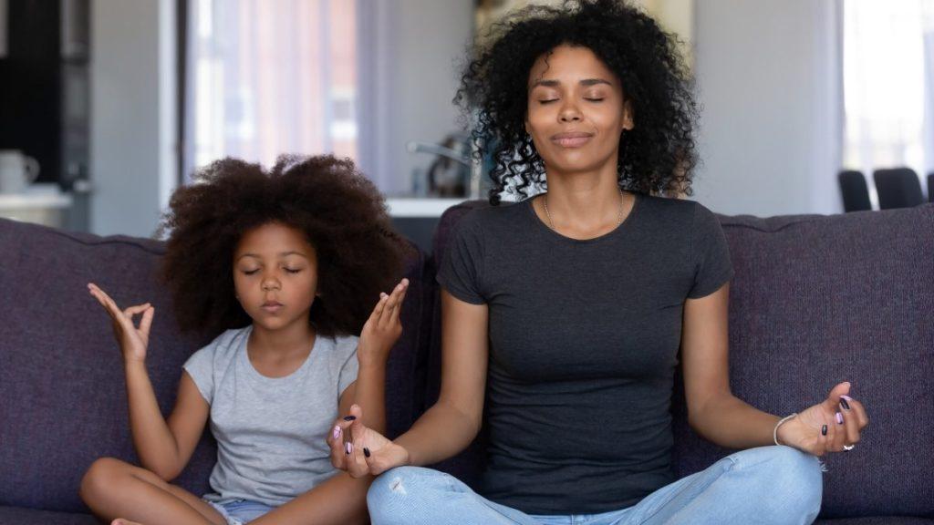 mãe e filha meditando como ocupar as crianças