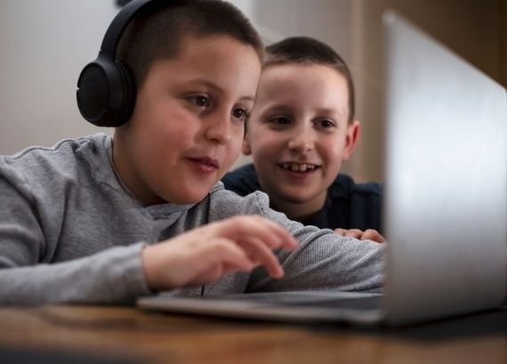 internet segura. O seu filho jogar among us