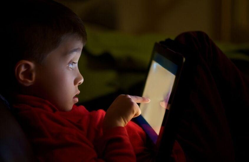 Seu filho joga Among Us? A importância de acompanhar essa e outras atividades para garantir uma Internet segura
