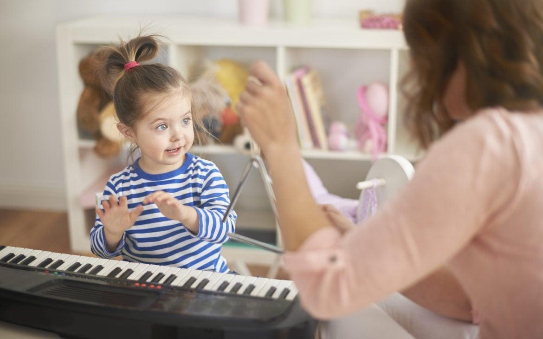 Quais são os benefícios das brincadeiras com música para as crianças?