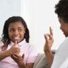O que é cultura surda? Entenda e esclareça o assunto com seus filhos, sejam eles surdos ou ouvintes