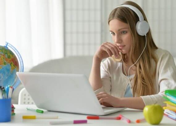 Você sabe quais são os impactos psicológicos do uso de redes sociais pelos jovens? O Quindim te conta os pontos positivos e negativos!