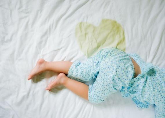 O que é enurese noturna e o que causa o xixi na cama