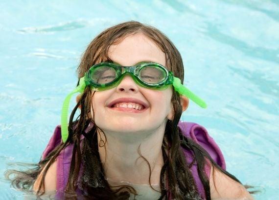 Conheça os benefícios da natação infantil para as crianças