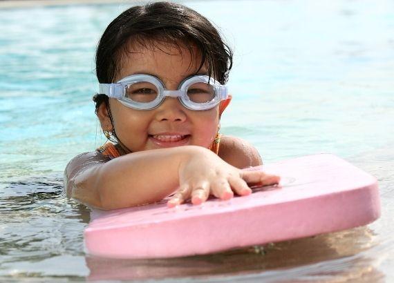 Veja os benefícios da natação infantil para as crianças